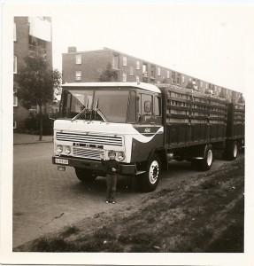 """Hugo jr voor de DAF van zijn vader, op dat moment """"de grootste truck die in Nederland reed"""""""